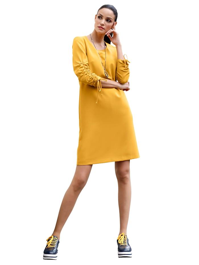 Kleid mit variabel tragbaren Ärmeln