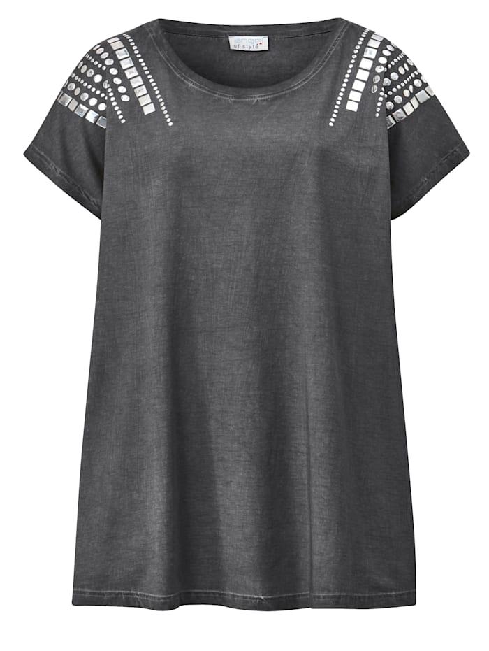 Shirt met klinknageltjes op de schouders