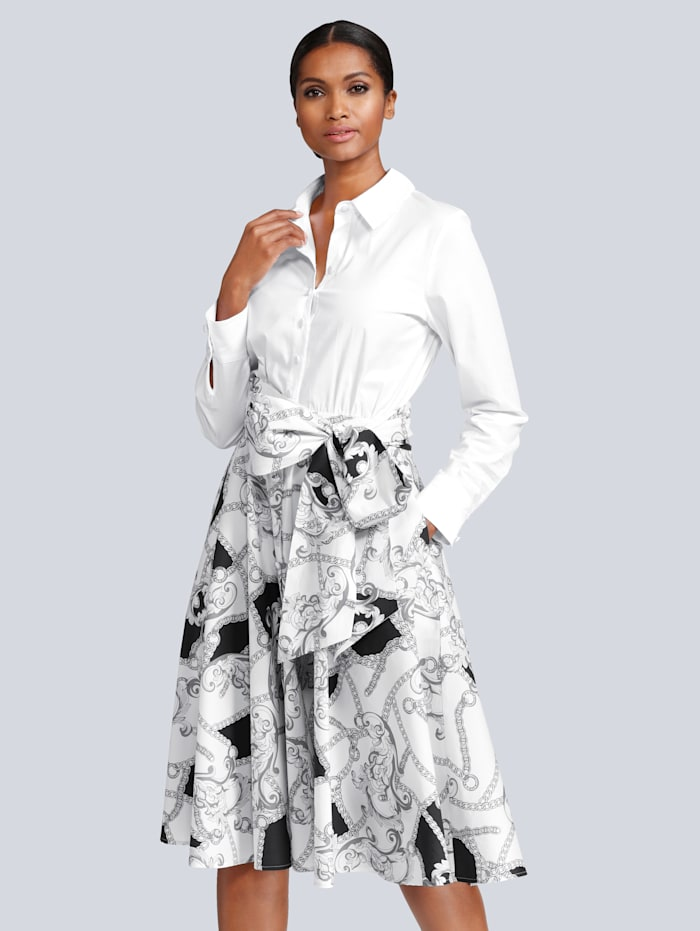 Kleid in modischer Blusenform