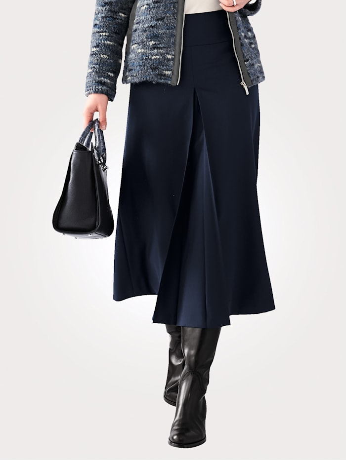 Skirt with a front pleat