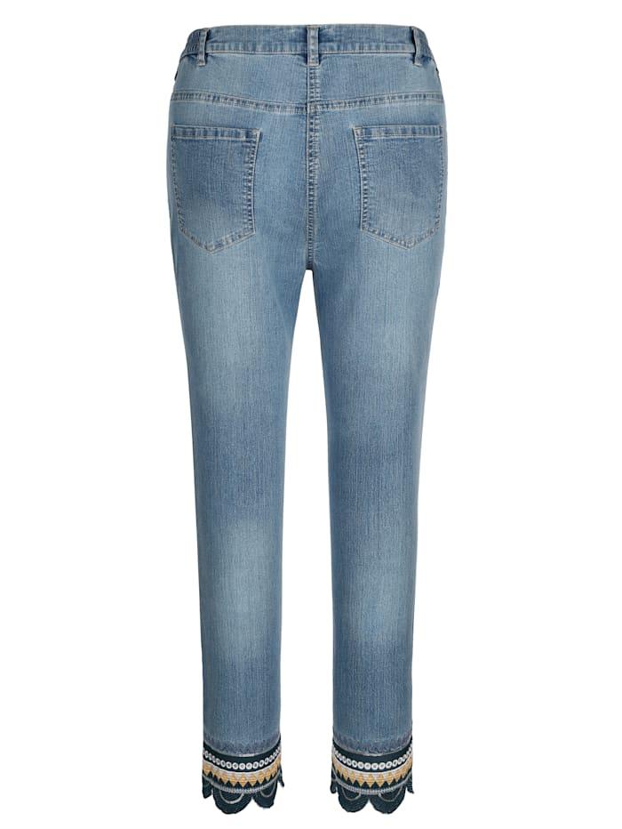 Jeans med broderi på benkanten