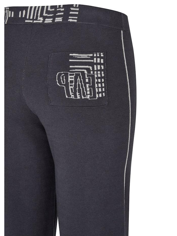 Hose mit unifarbenem Stoff und wadenlangen Beinen