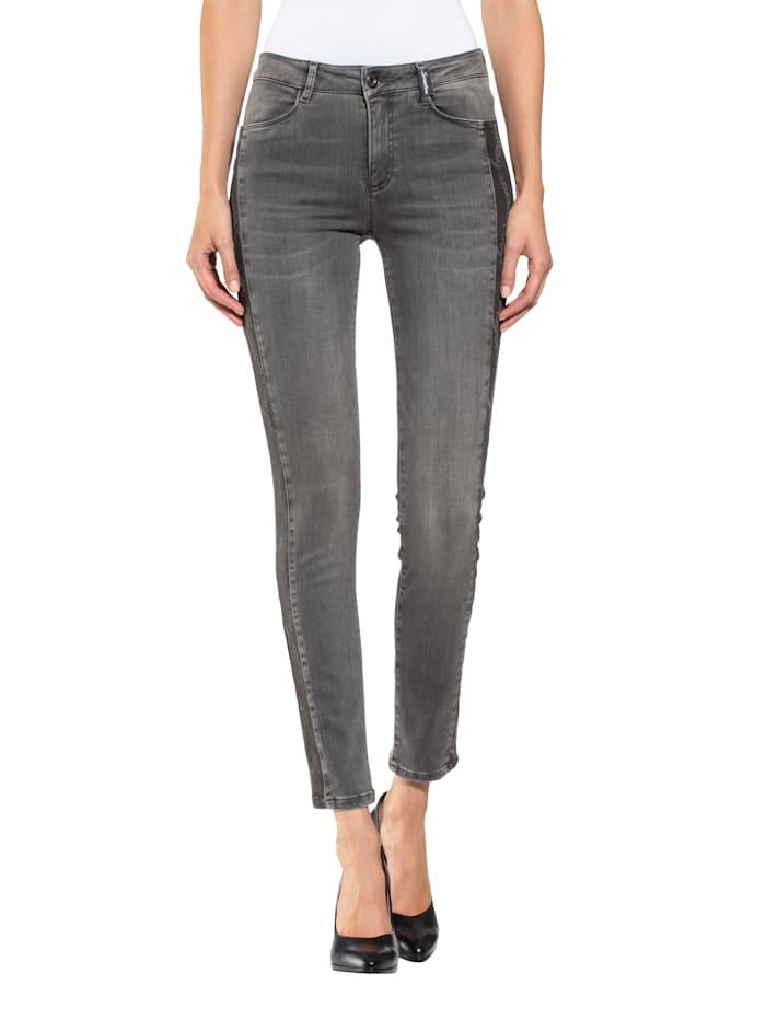Jeans mit eingesetztem Galon im Kettendessin