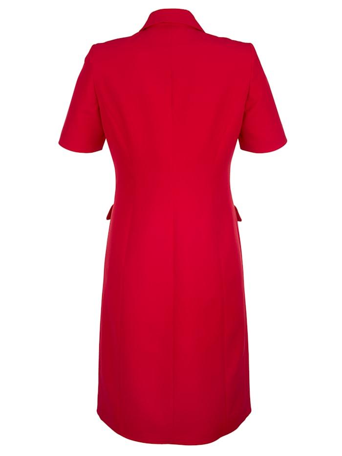 Kleid mit goldfarbenen Knöpfen im Vorderteil