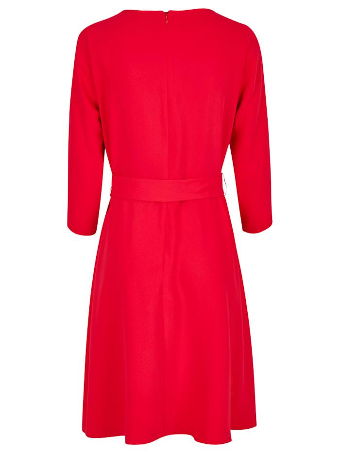 Modernes Kleid mit Schleife