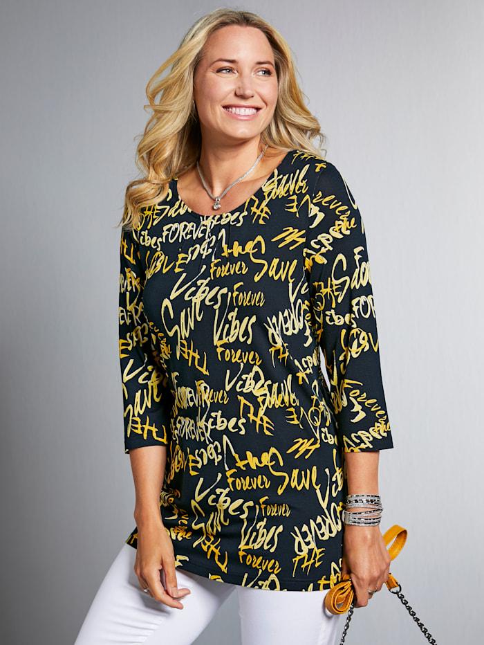 Shirt mit Schriftzügen bedruckt