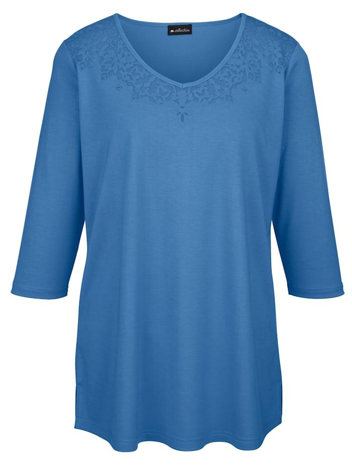 Shirt mit aufwendiger Ausbrenner-Qualität am Ausschnitt