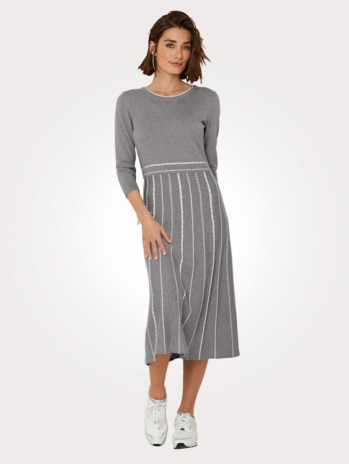 MONA Strickkleid mit kontrastfarbenen Stricklinien, Grau/Weiß