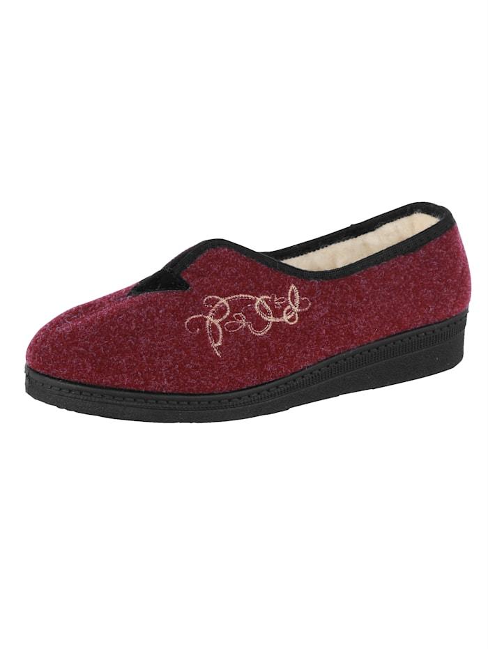 Domácí obuv s atraktivní výšivkou