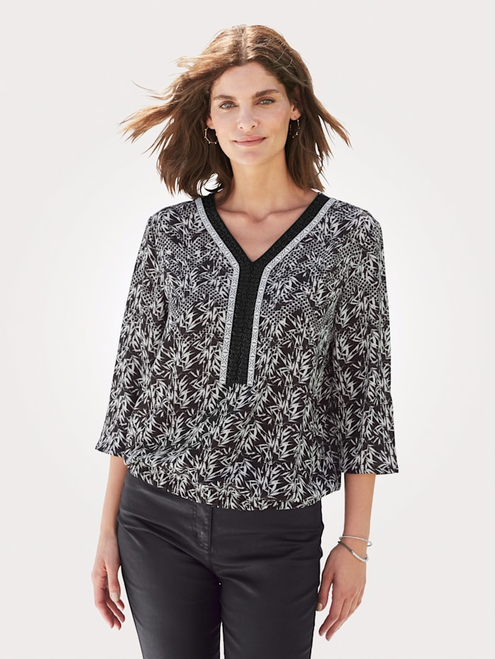 Blouse with chic beading
