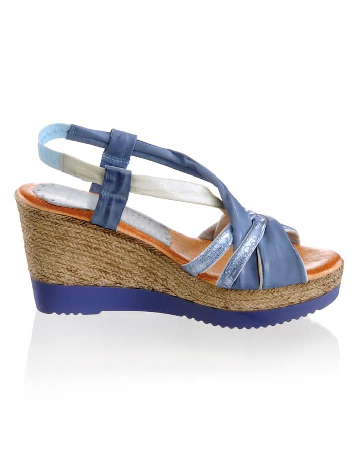 Sandaaltje met opvallende, gekruiste bandjes