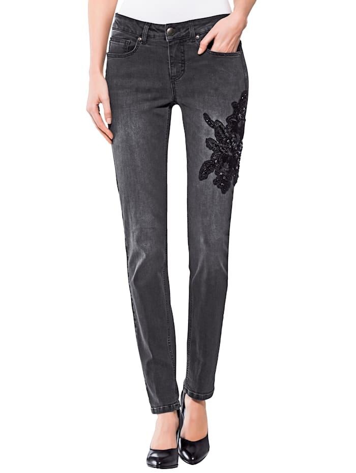 Jeans met borduursel op de pijp