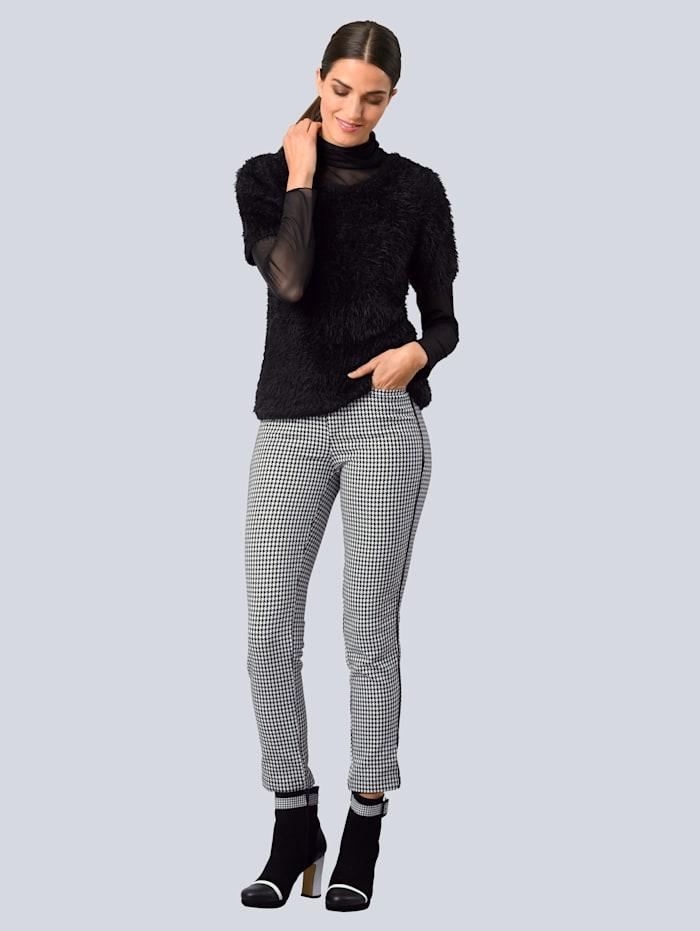 Nohavice s kontrastným lemovaním