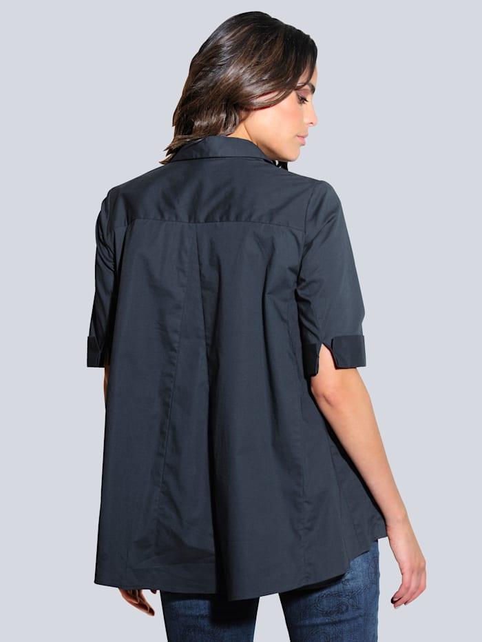 Bluse in ausgestellter Form