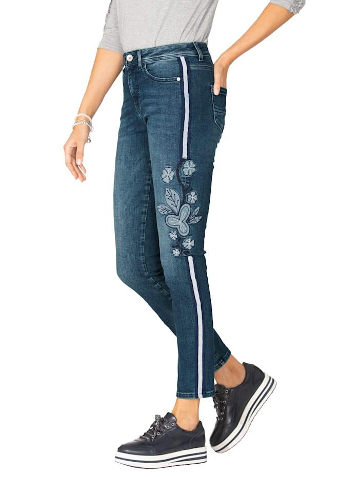 Jeans mit  Blumenstickerei und Zierband