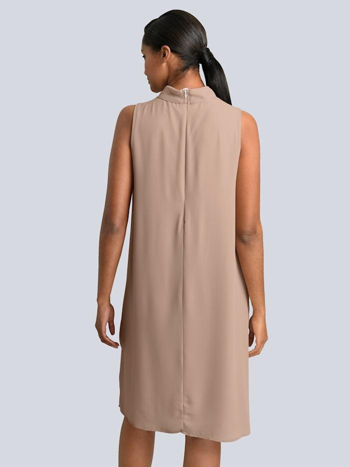 Kleid in fliessenden Chiffonlagen