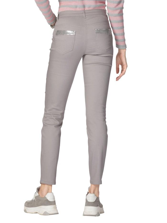 Jeans mit Pailletten an Vorder- und Hintertaschen