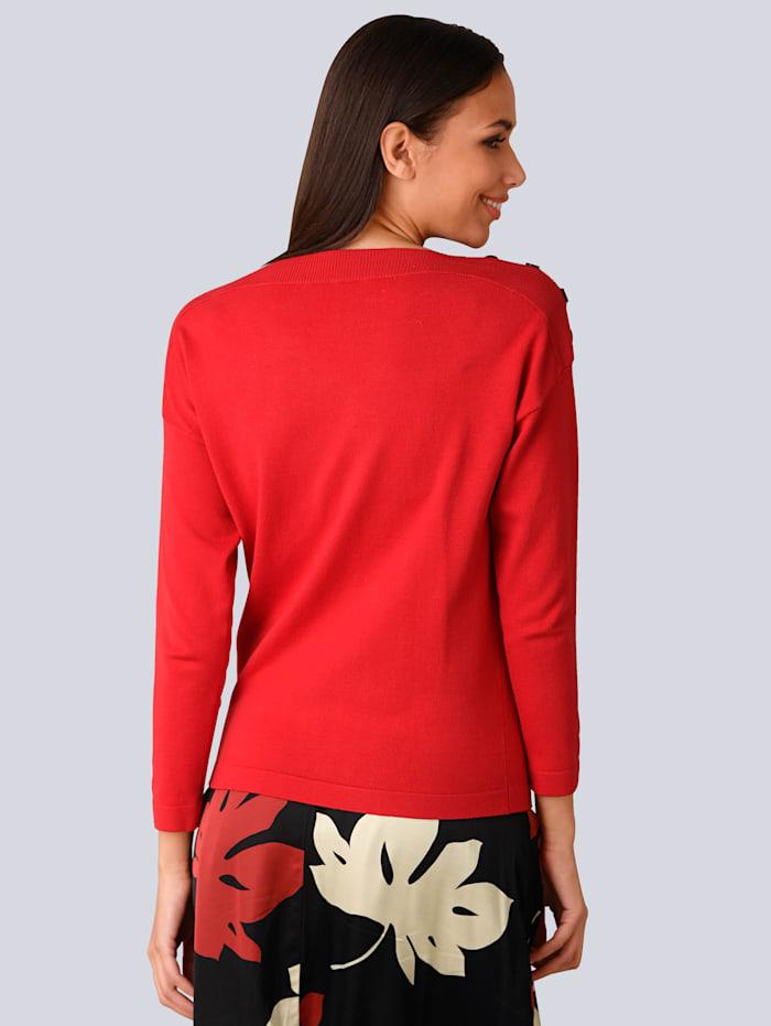 Pullover mit dekorativen Zierknöpfen