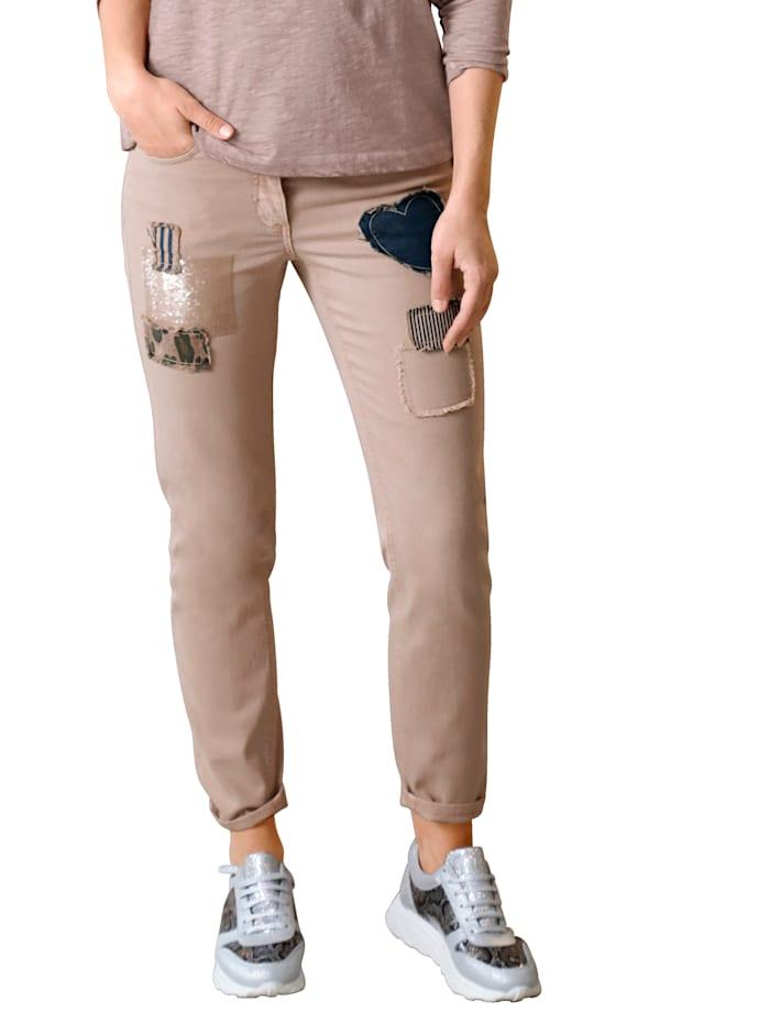 Jeans mit aufgesetzten Patches