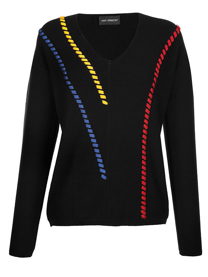 Pullover mit farbigen Zierbändern