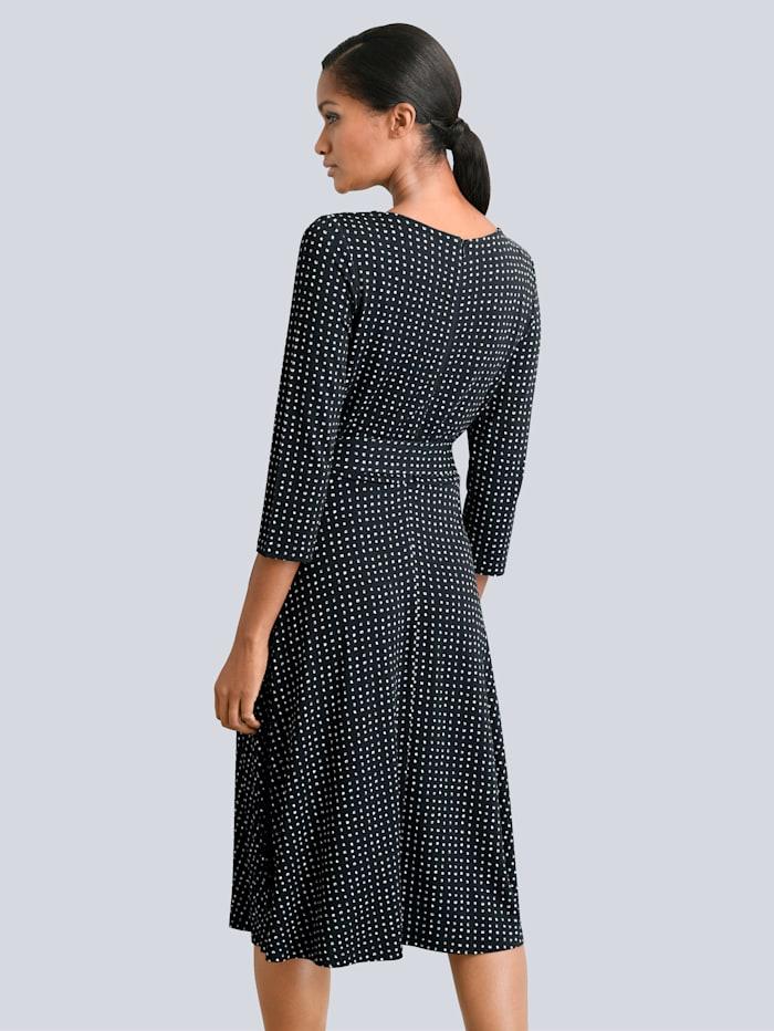 Kleid mit dekorativer Schnalle am Ausschnitt