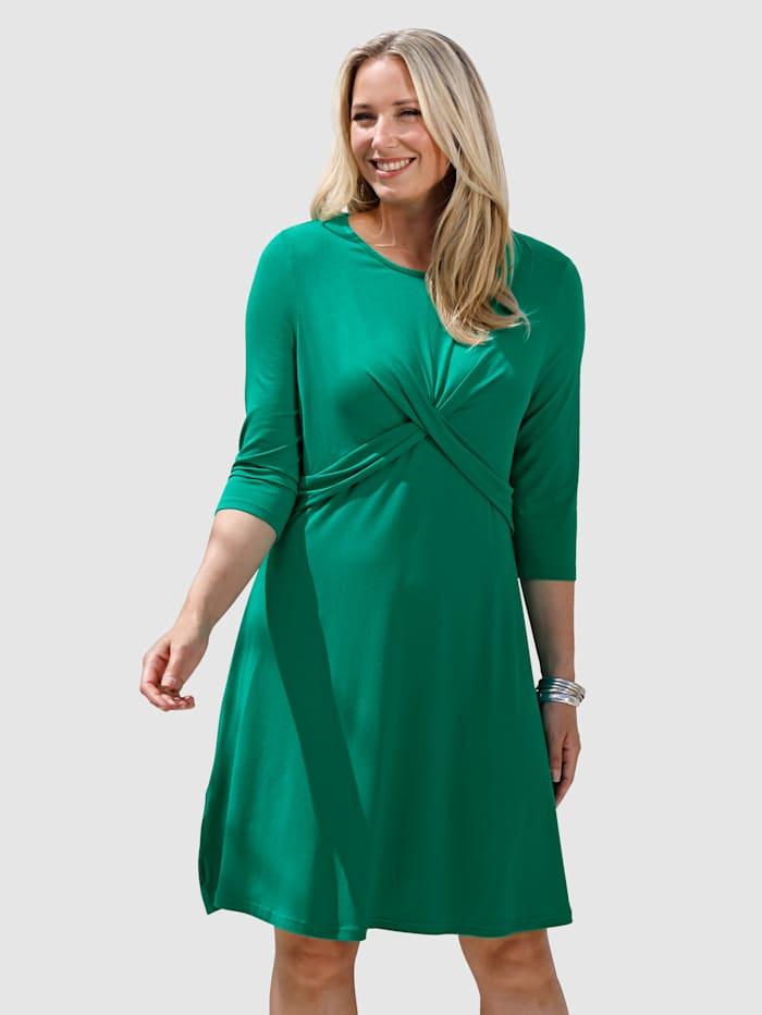 Kleid mit femininer Drapierung im Vorderteil