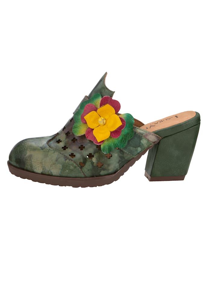 Clog mit Blütenapplikation und sommerlicher Lochung