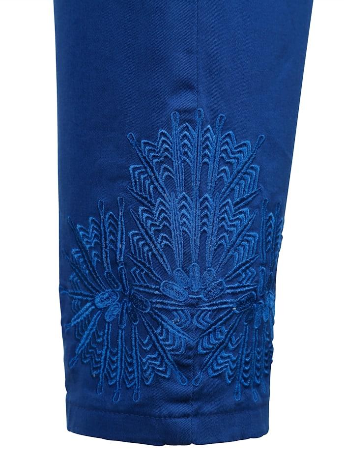 Hose mit dekorativer Spitze am Saum