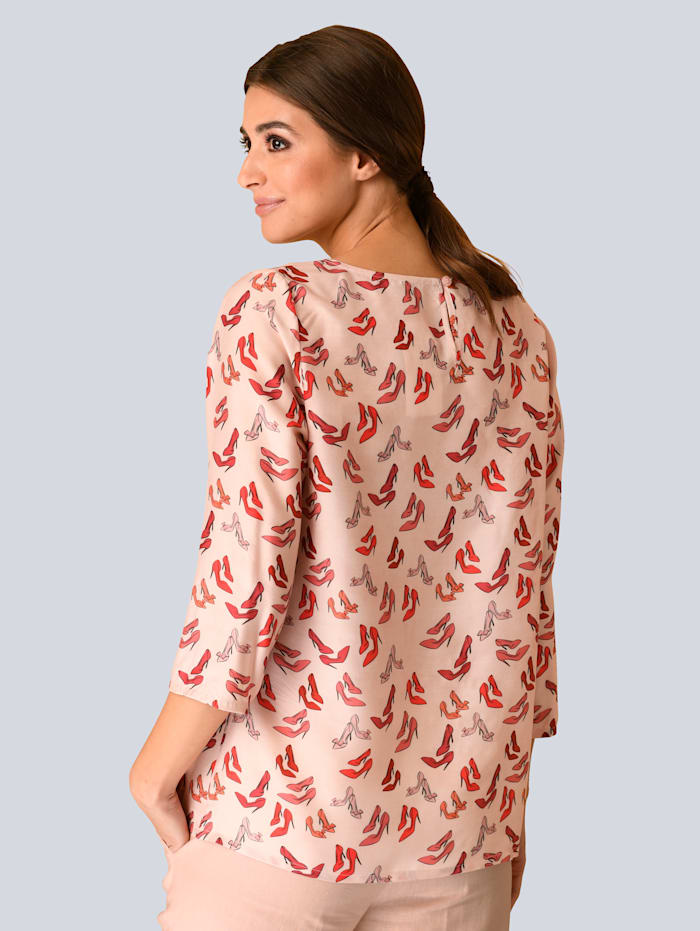 Bluse mit modischen Pumps Print