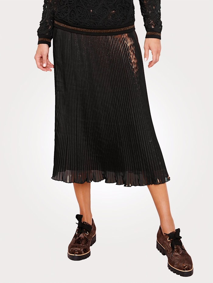 Pleated skirt with a foil print