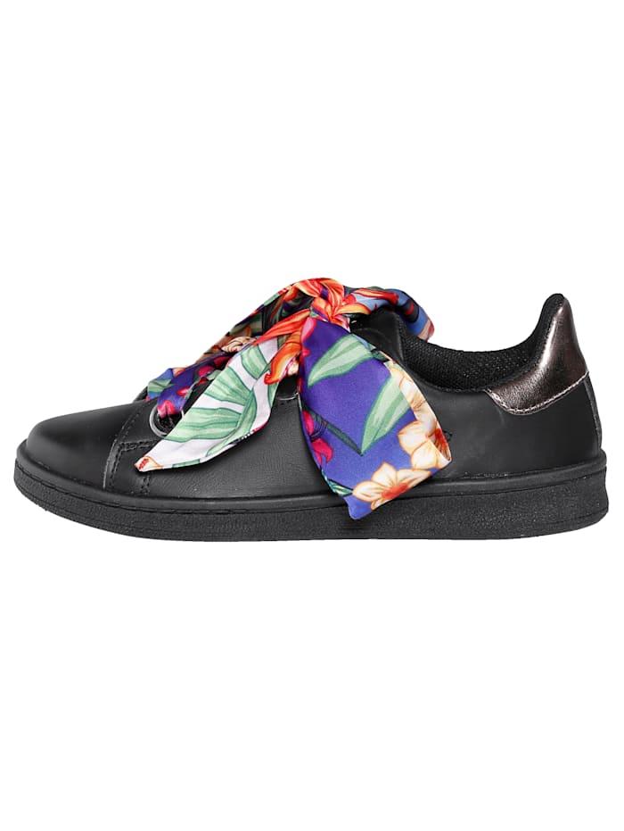 Sneaker mit auffälliger Satinschnürung