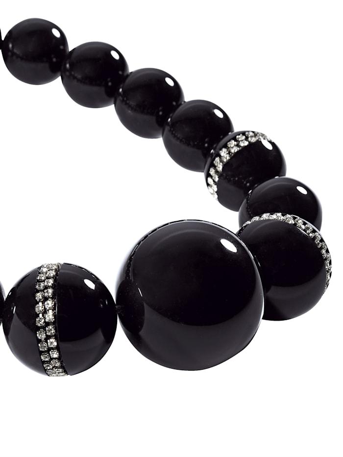 Halskette mit unterschiedlich großen Perlen