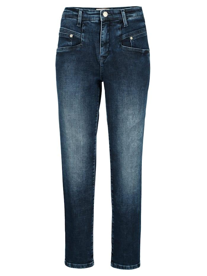 Jeans in modischer Karottenform