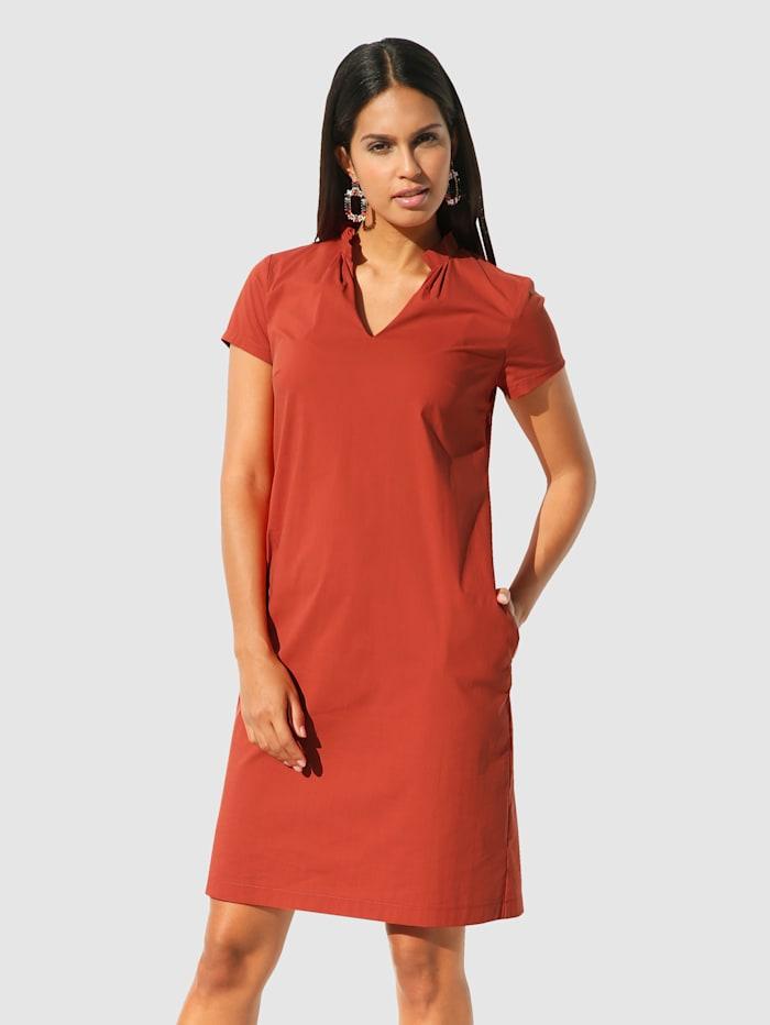 Röyhelökauluksinen mekko