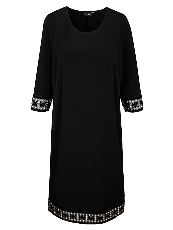Kleid mit aufwändiger Bordüre an Ärmeln und Saum