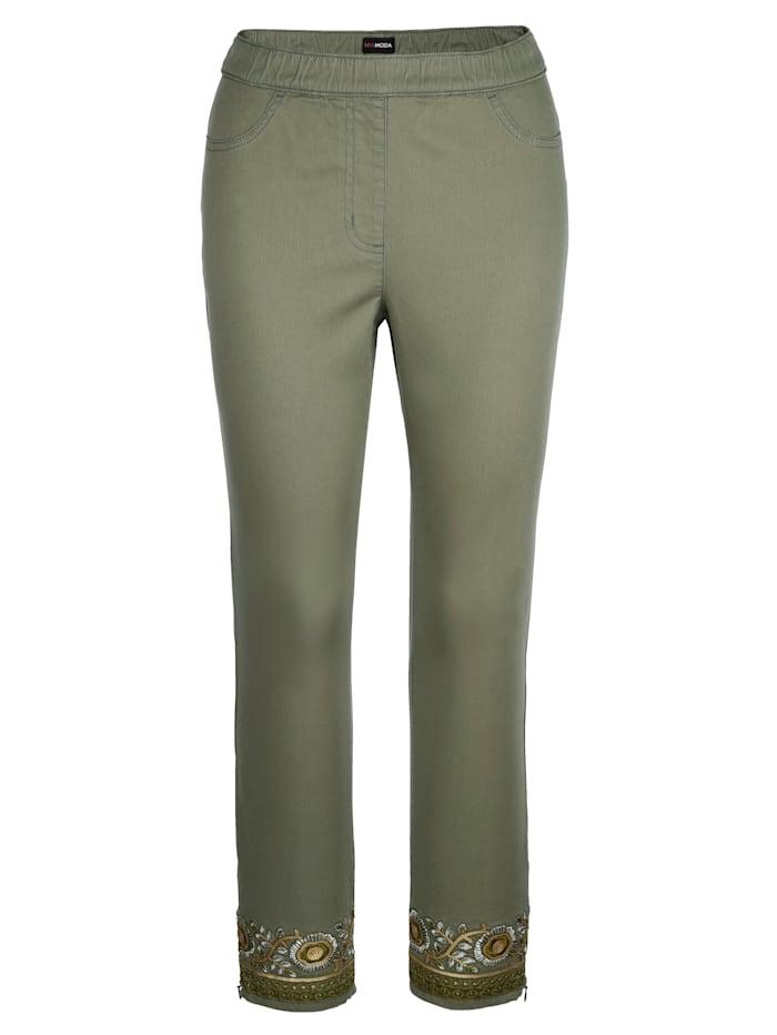 Nohavice s modernou výšivkou na leme