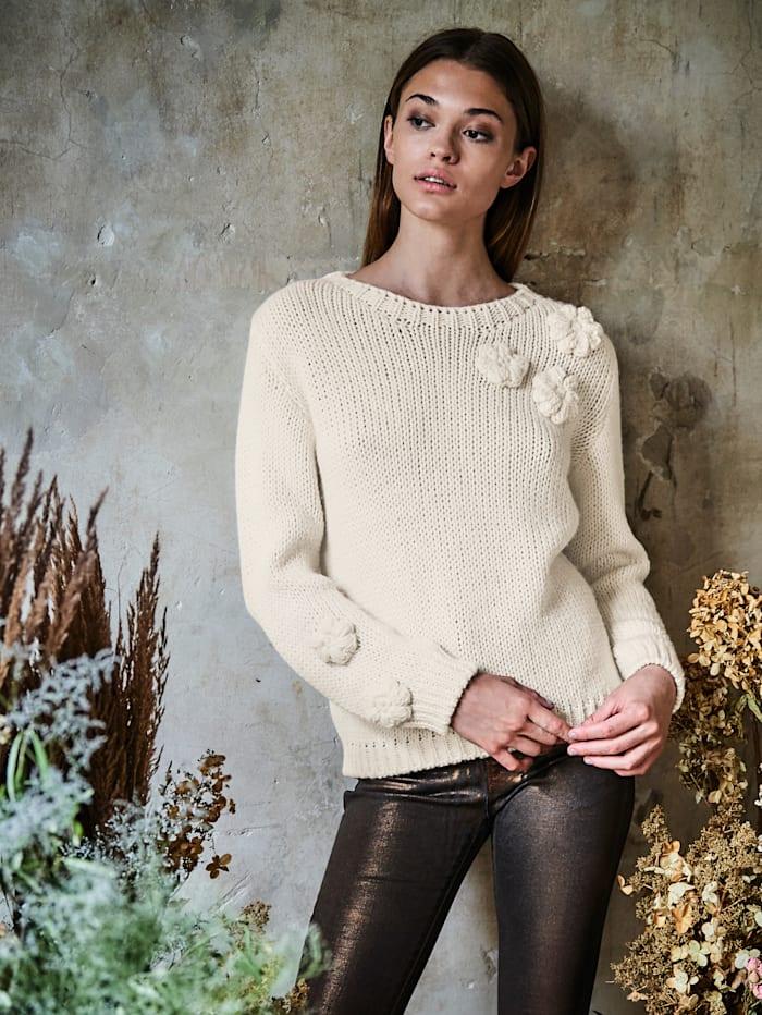 Pullover mit Häkelblüten