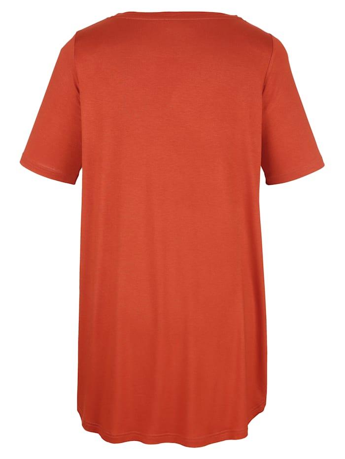 Dlhé tričko so žensky pôsobiacim výstrihom