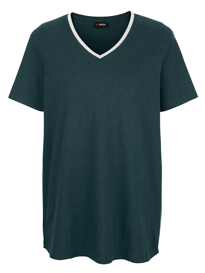 Shirt mit Glitzerband entlang des Ausschnitts