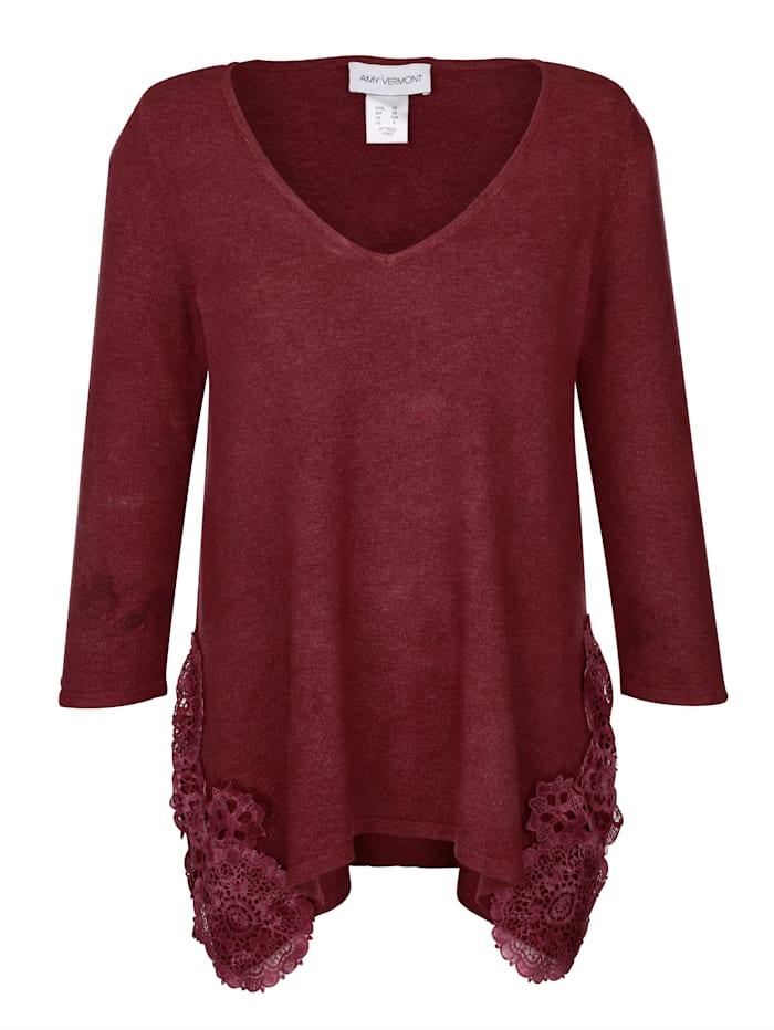 Pullover mit seitlich aufgesetzter Spitze