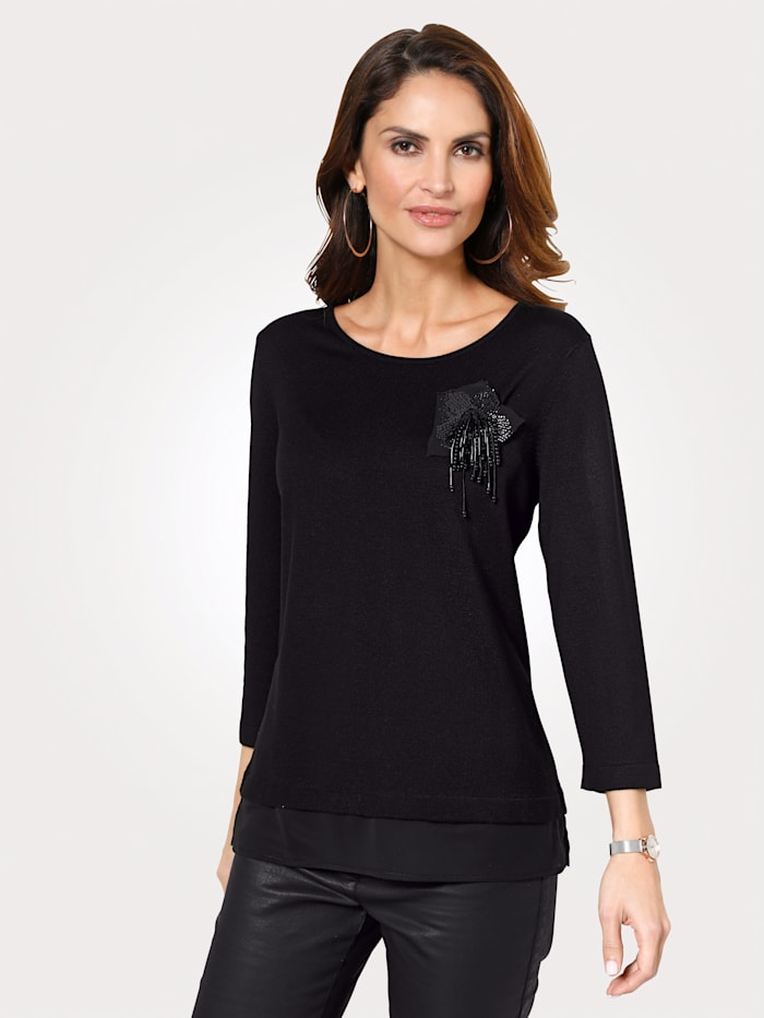 Jumper with a removable brooch