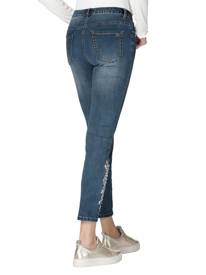 Jeans met borduursel en kraaltjes op de pijp