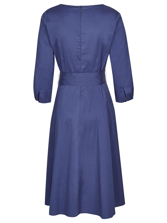 Schönes Kleid mit breitem Bindegürtel
