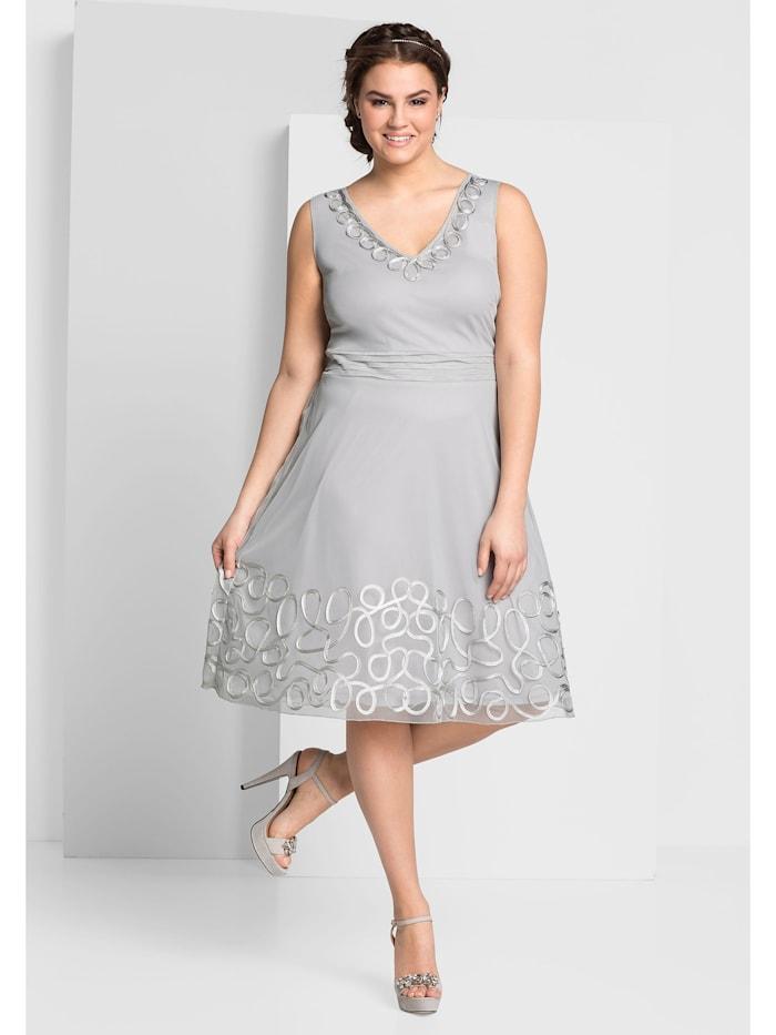 Sheego Kleid taillenbetonende und hüftumspielende Form, lichtgrau