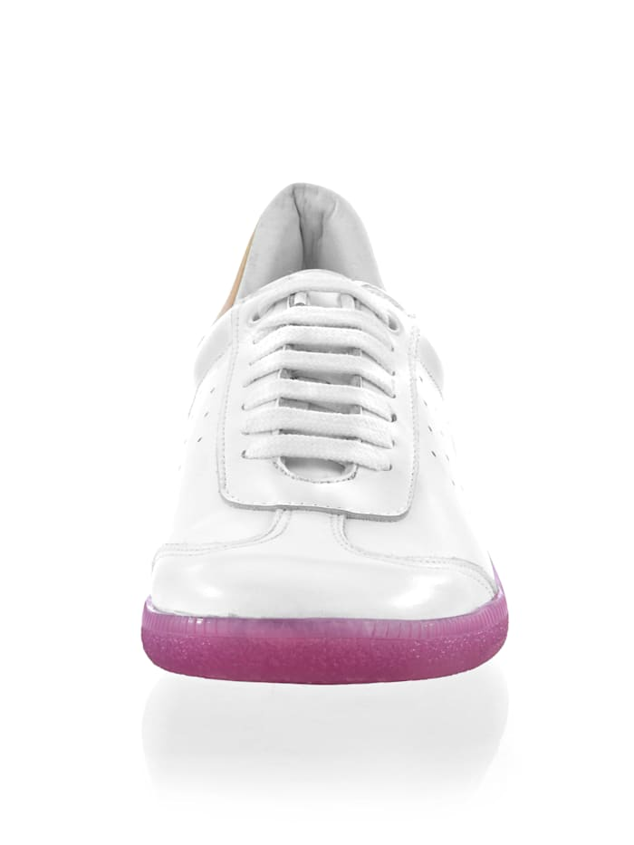 Sneaker in sportiver Form