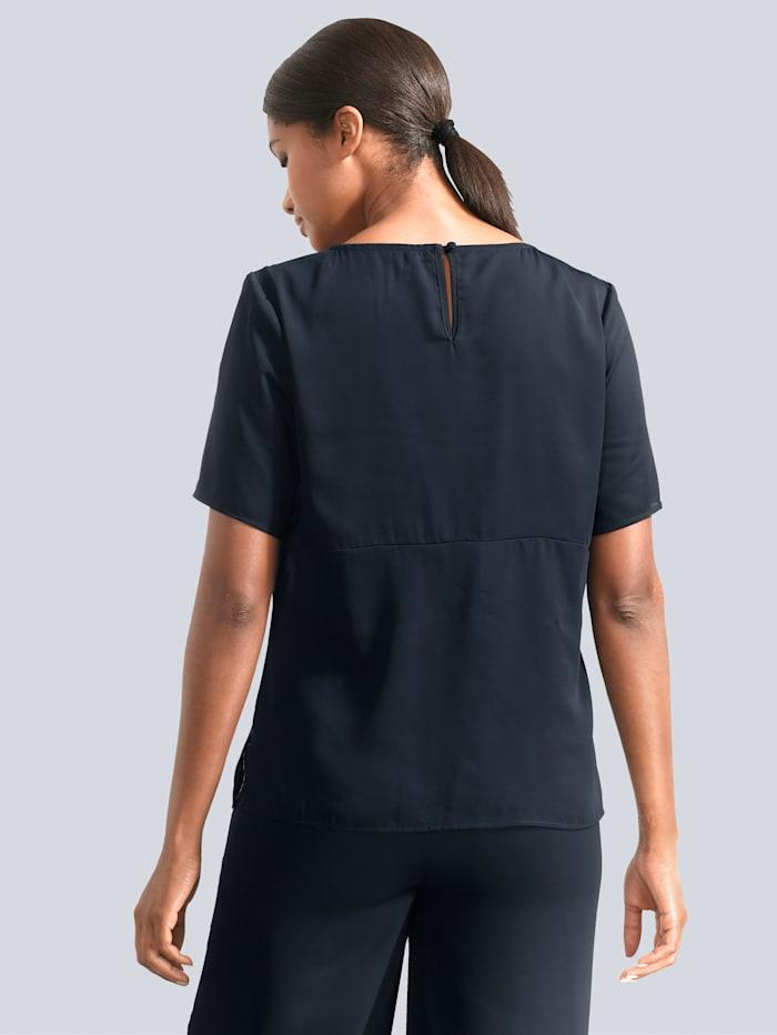 Bluse mit kontrastfarbenen Paspel vorne