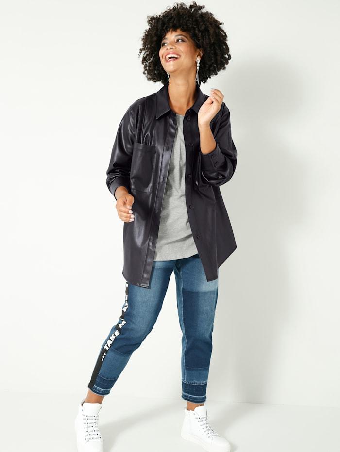 Lederimitat-Bluse locker offen zu tragen