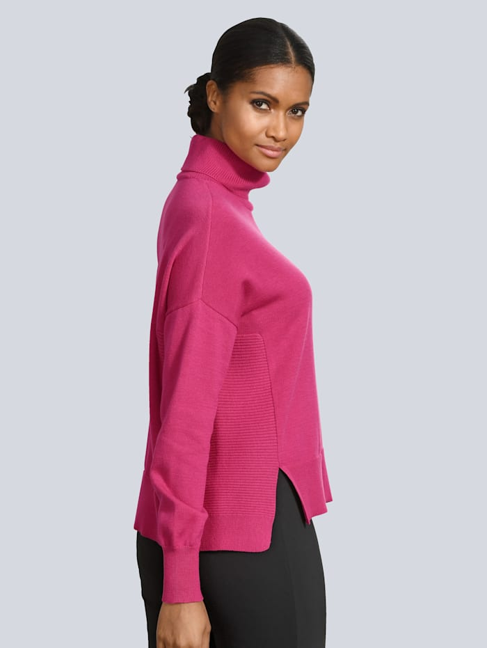 Pullover mit kleinen Schlitzen gearbeitet