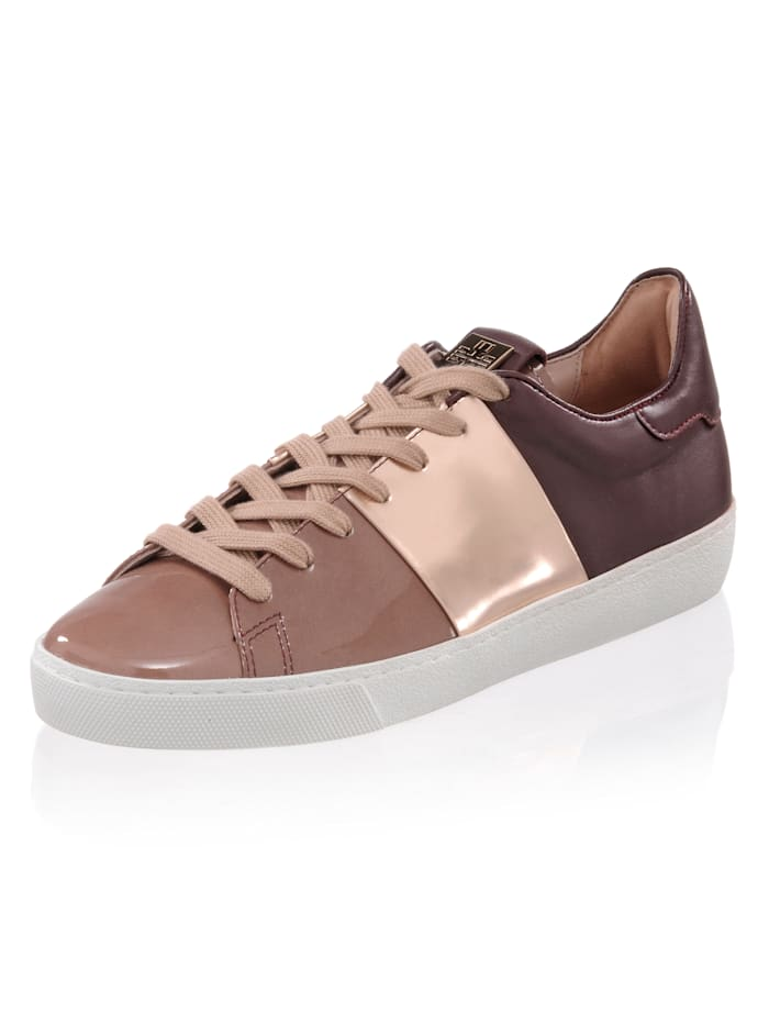 Sneaker im modischen Materialmix