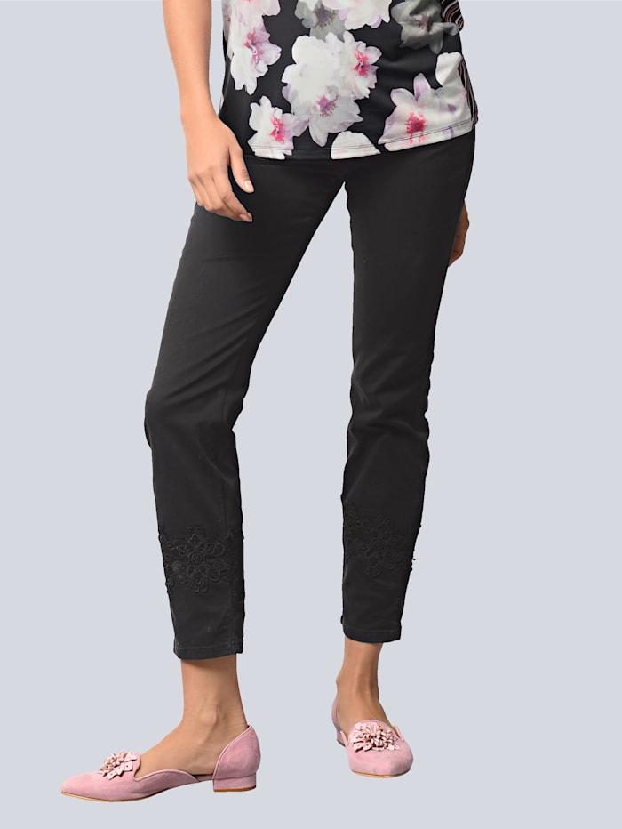 Hose mit aufgesetzter Spitzenbordüre am Saum
